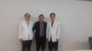 Từ trái qua phải: GS, Ts.Bs Choi Jea Koo, tổng giám đốc BV Hangangsoo, Th. S, Bs Nguyễn Quang Tiến, Chủ tịch HĐQT Cty CP Bv Hàn Quốc 3D, GS. Ts. BS Yang Young Chul, Viện trưởng BV Hangangsoo.